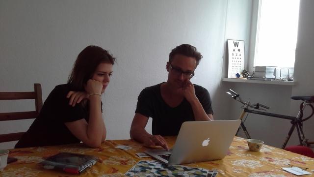 Ewa i Michał w pracowni oglądają zdjęcia z sesji zrobionej kilka dni wcześniej.